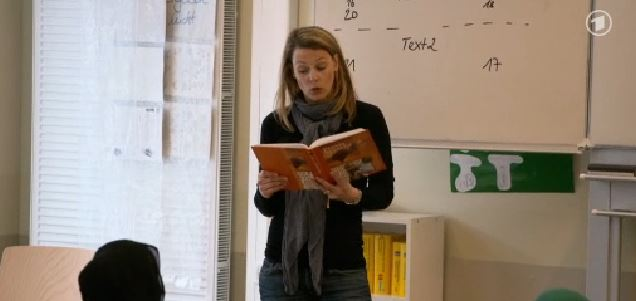 """Die Journalistin Anja Reschke hat als """"Co-Lehrerin"""". Foto: Screenshot aus dem Beitrag."""