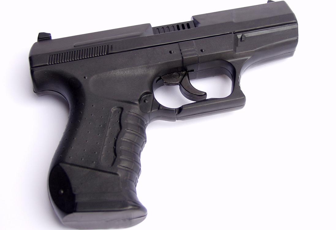 Täuschend echt: eine Softair-Pistole. Foto: Siegfried Fries / pixelio.de