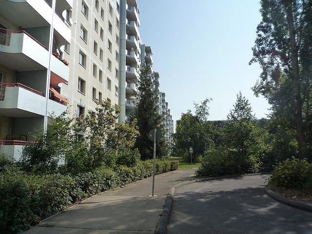"""""""Ungleiches ungleich behandeln!"""" Die Förderung von Schulen in sozialen Brennpunkten (hier: Berlin Marzahn-Hellersdorf) muss sich stärker am Bedarf orientieren, findet der SVR. (Plattenbau in ). Foto: jack_of_hearts_398/flickr (CC BY 2.0)"""