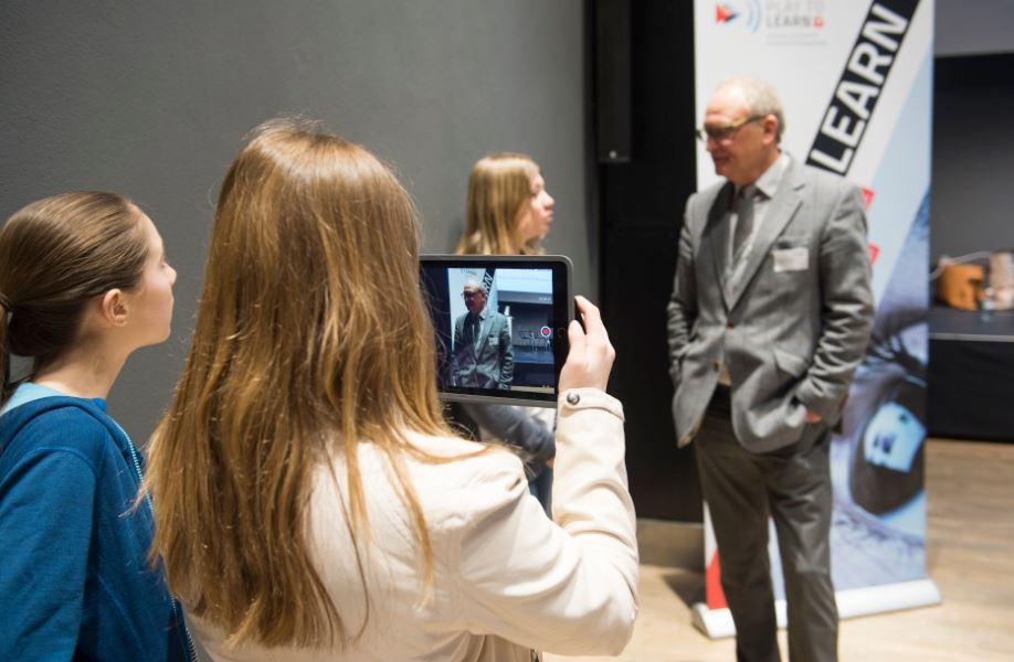 Schüler - hier mit SWR-Redakteur Hanspeter Hauke - produzierten eine Filmreportage vom Kongress, machten also vor, wie sich kreativ mit dem Medium Film umgehen lässt. Foto: Alex Spichale