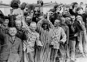 Von der US-Armee befreite Häftlinge des Konzentrationslagers Dachau 1945. Foto: United State Holocaust Memorial Museum / Wikimedia Commons