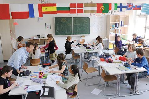 Die Regierung von Rheinland-Pfalz hält am muttersprachlichen Unterricht fest. Die Opposition will die Millionen lieber für mehr Deutschkurse ausgeben. Foto: Jens Rötzsch / Wikimedia Commons (CC BY-SA 3.0)