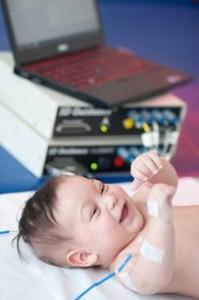 Sensoren messen spontane Bewegungsmuster bei einem Säugling. Foto: Universitätsklinikum Heidelberg