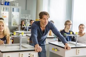 Karin holt Stefan Vollmer (Hendrik Duryn, M.) aus dem Chemieunterricht.