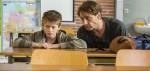 Stefan Vollmer (Hendrik Duryn, r.) möchte Schüler Dennis (Paul Sundheim) helfen.