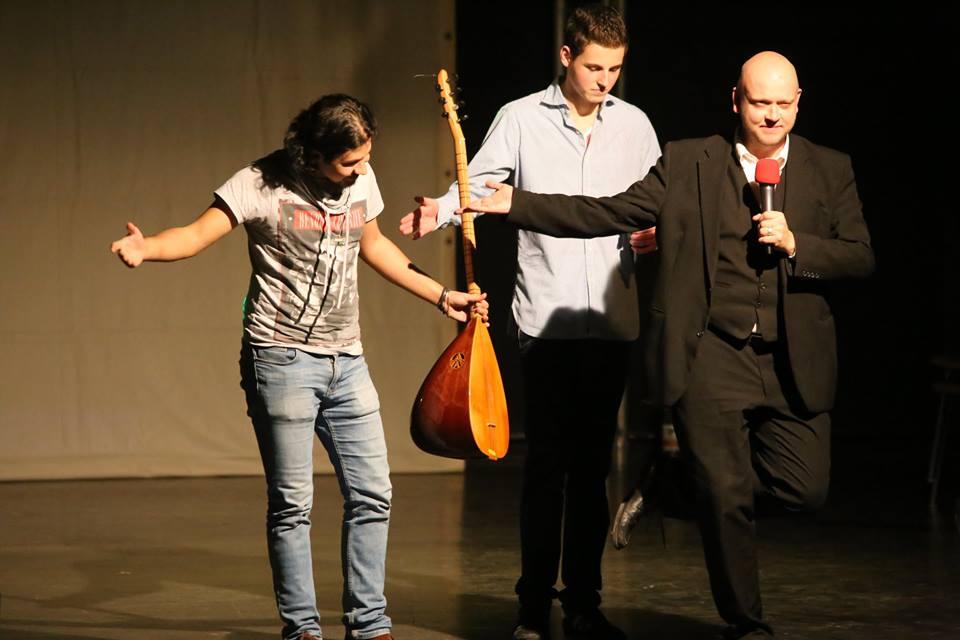 Bereits zum zweiten Mal bringt der Kölner Schüler Sebastian Sammeck (Mitte) Flüchtlinge auf die Bühne.