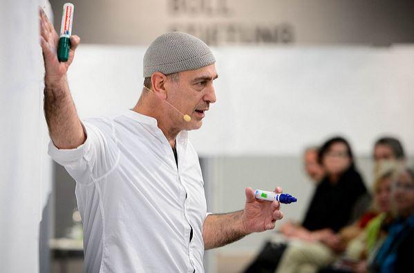 So kann ein spannender Vortrag aussehen (das Bild zeigt den Antropologen David Solomon bei einem Auftritt in der Heinrich-Böll-Stiftung). Foto: Heinrich-Böll-Stiftung / flickr (CC BY-SA 2.0)