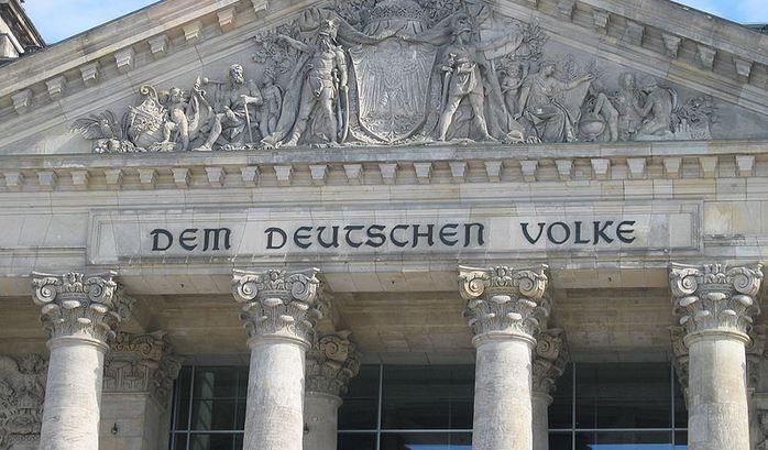 """""""Dem deutschen Volke"""": Giebel des Reichstags. Foto: Mcschreck / Wikimedia Commons"""