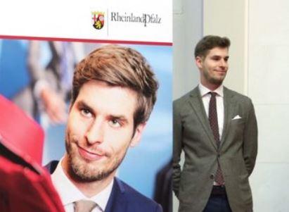 Tobias Rotard wirbt für die Ausbildung - auf Postern und persönlich. Foto: Sell / Staatskanzlei Rheinland-Pfalz