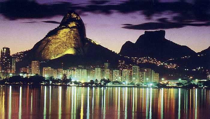 Wahrzeichen von Rio: Zuckerhut bei Nacht. Fotos. Kalytha / Wikimedia Commons (CC BY-SA 3.0)