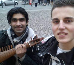 Der Verein bewegt etwas: ShahreyarKhan, Sebastian Sammeck mit der Rubab. Bild: Musikbrücke e.V.