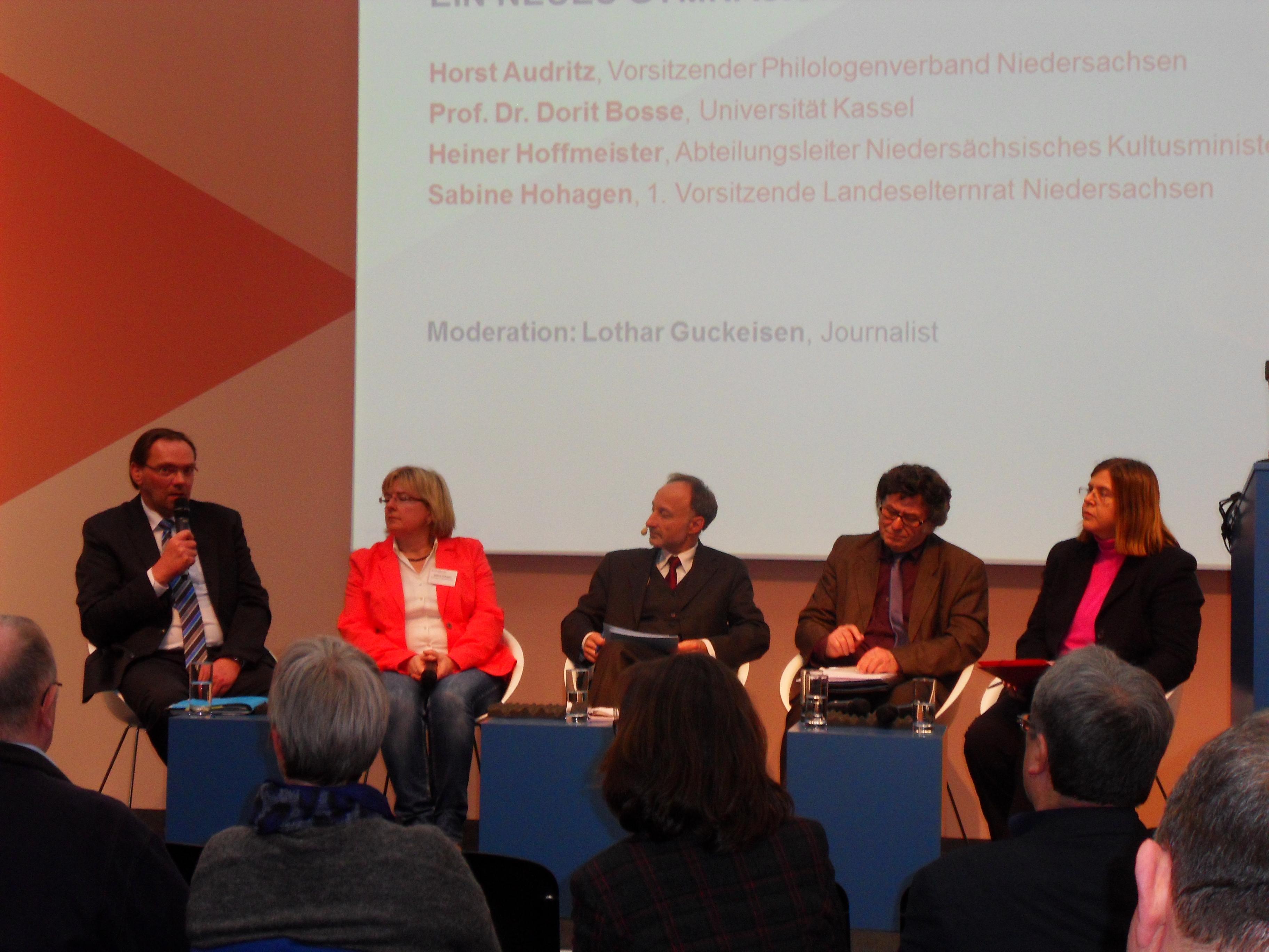 Die Podiumsteilnehmer Hoffmeister, Hohagen, Moderator Guckeisen, Audritz und Bosse. (Foto: Nin)