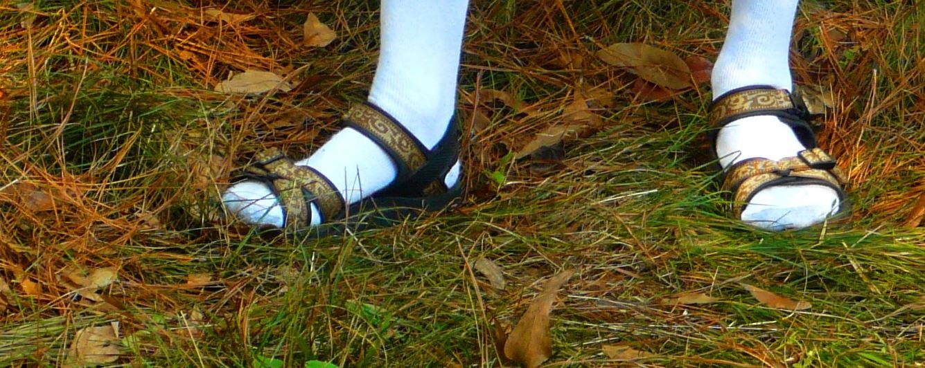 Modischer Albtraum: Weiße Strümpfe in Sandalen - gibt's sowas tatsächlich heute noch in Schulen zu sehen? Foto: Oddman47 / Wikimedia Commons (CC BY 3.0)