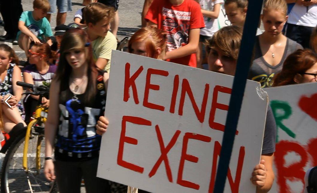 """Schüler demonstrierten auch gegen Unangekündigte, kleinere Wissenstests - """"Exen"""" genannt. Foto: Wir sind viele."""
