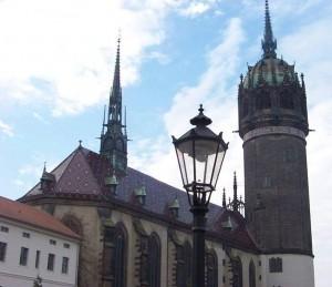 in Wittenberg (im Bild die evangelische Schlosskirche) tagt die mitteldeutsche evangelische Kirche. (Foto: Tnemtsoni/Wikimedia CC BY-SA 3.0)