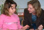 Eine gute Schüler-Lehrer-Beziehung ist die beste Gewaltprävention. Foto: U.S. Navy Photo, Jeff Johnstone / Wikimedia Commons