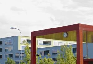 Buhaltestellevor einer Schule