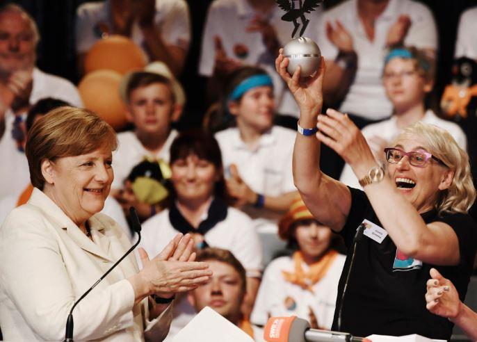 Bundeskanzlerin Angela Merkel überreicht Gisela Grimme den Deutschen Schulpreis. Foto: Deutscher Schulpreis