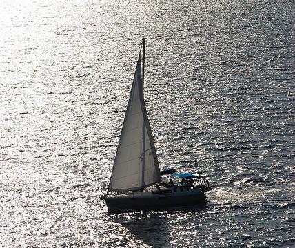 Segeltörn statt Schule – Niederländische Junge segeln für ihr Recht auf Bildung; Foto:  K_Dafalias/ flickr (CC BY 2.0)
