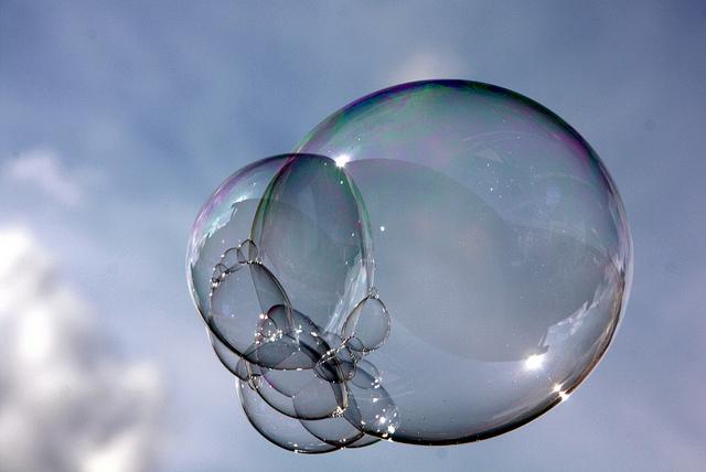 Egal, welche Form das Gestell hat, aus dem eine Seifenblase hervorgeht - sie ist immer rund. Foto: artin Fisch/Flickr (CC BY 2.0)