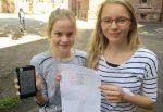 Am Friedrich-Gymnasium in Freiburg wird auch schon mal auf dem Schulhof gerechnet - mit Smartphone. Foto: Deutscher Lehrerpreis