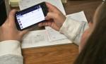 Ständige Unterbrechung: Die permanente Smartphone Nutzung ist ein unbewusster Reflex, von dem besonders Jugendliche stark betroffen sind. Foto: United Soybean Board / flickr (CC BY 2.0)