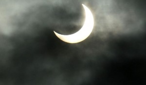 Sonnenfinsternis am 4. Januar 2011 in Ebersberg, Oberbayern. Foto: J. Patrick Fischer / Wikimedia Commons (CC BY-SA 3.0)