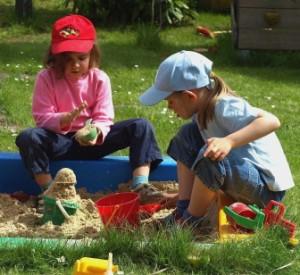 Mädchen geht es beim Spielen häufiger darum, etwas gemeinsam zu erreichen; Foto: Paul Marx  / pixelio.de