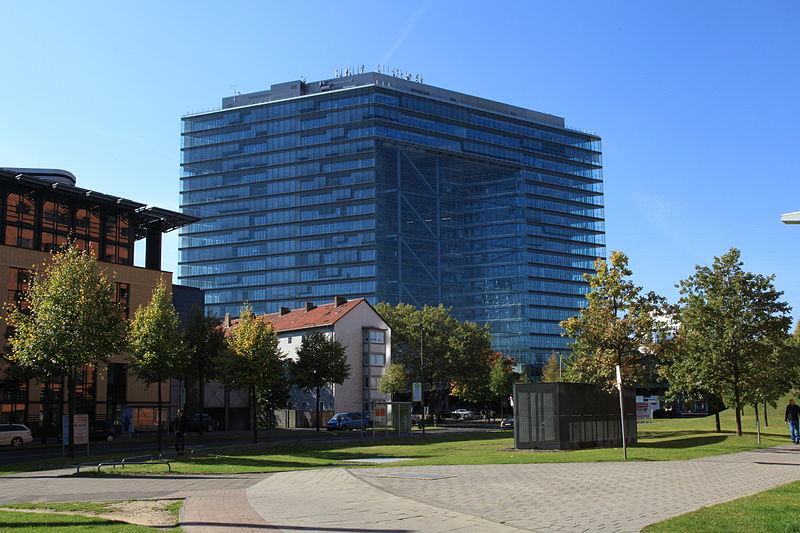 In der Staatskanzlei der NRW-Landesregierung - die im Düsseldorfer Stadttor residiert - findet der Runde Tisch zu G8 statt. Foto: Frank Vincentz / Wikimedia Commons (CC BY-SA 3.0)