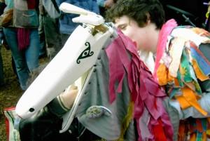 verkleideter Junge auf einem Steckenpferd