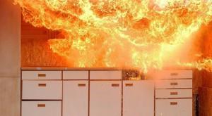 Rund dreieinhalb Stunden war die Feuerwehr im Einsatz. (Symbolfoto: Stichflamme bei einer Feuerwehrübung). Foto: Joergelman / pixabay (CC0 1.0
