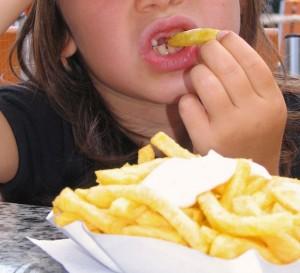 Nicht bestimmte Speisen, sondern genügend Bewegung und Schlaf sind entscheidend für das Gewicht von Kindern; Foto: Thommy Weiss / pixelio.de