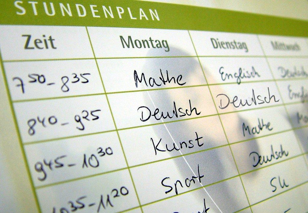 Mehr Deutsch soll in den Stundenplan der Grundschule. Aber auf Kosten von Englisch? Foto: Claudia Hautumm / pixelio.de