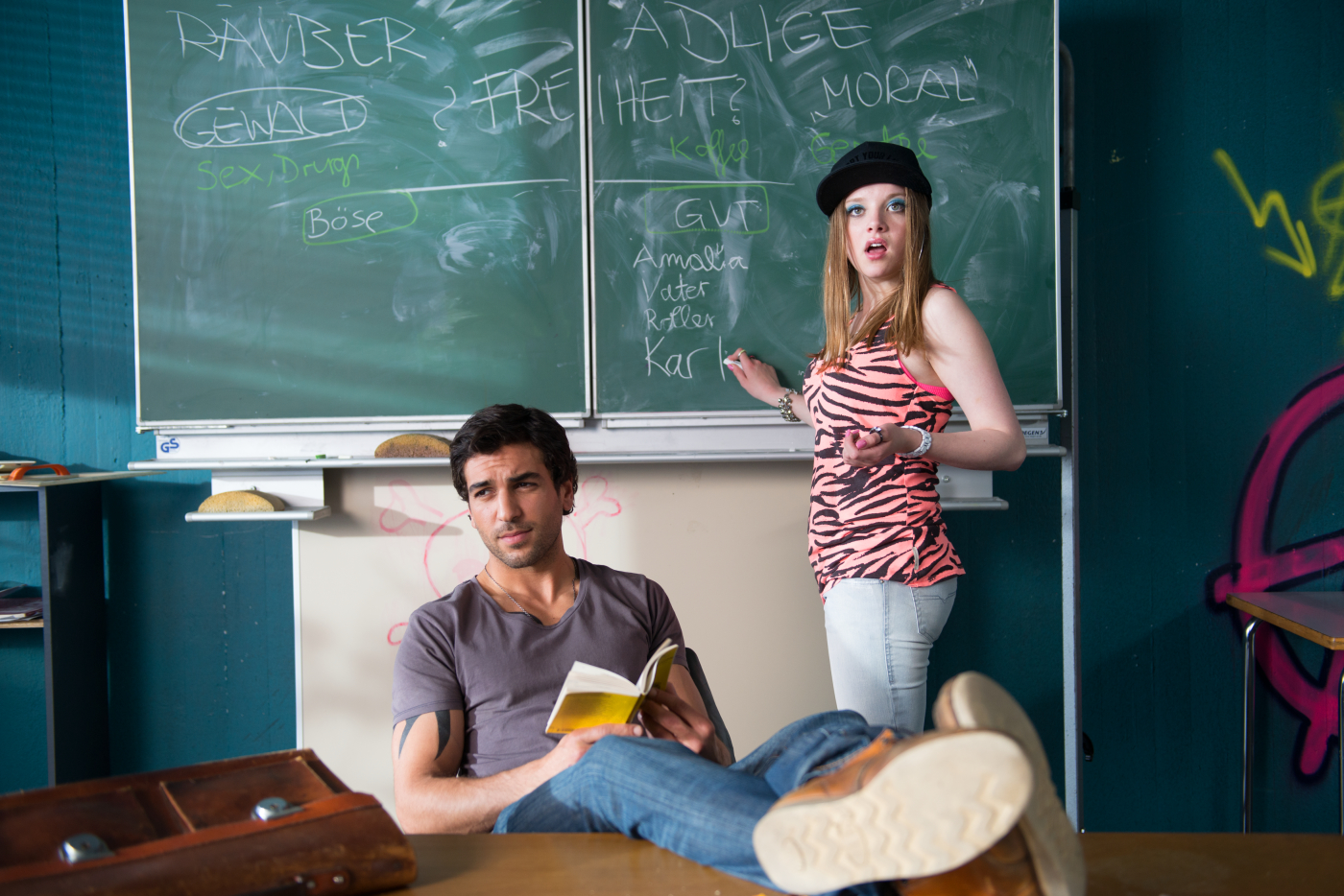Szenenbild mit Lehrecahrakter Müller und Schülerin Chantal aus dem ersten Teil von FackyuGöthe.