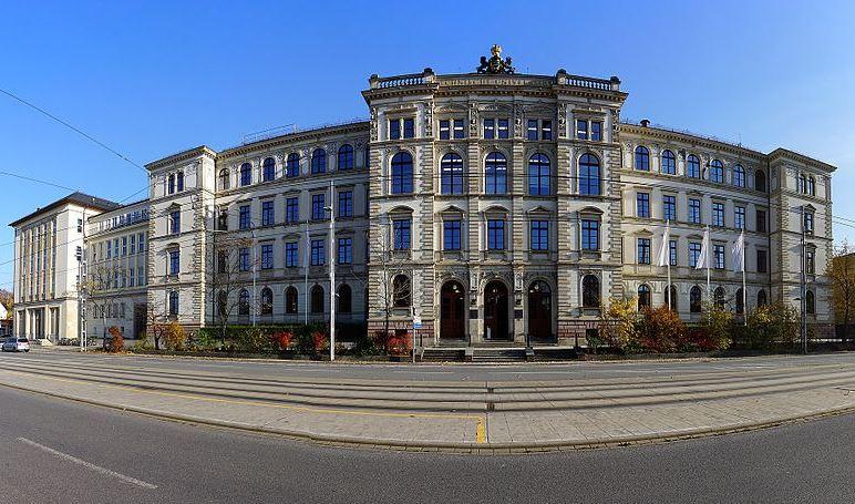 Hauptgebäude der TU Chemnitz. Foto: Sandro Schmalfuß / Wikimedia Commons  (CC BY-SA 3.0)