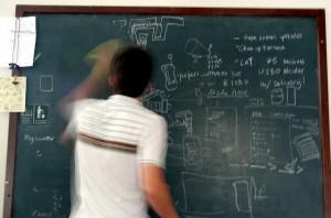 Lehrer tafelwischend