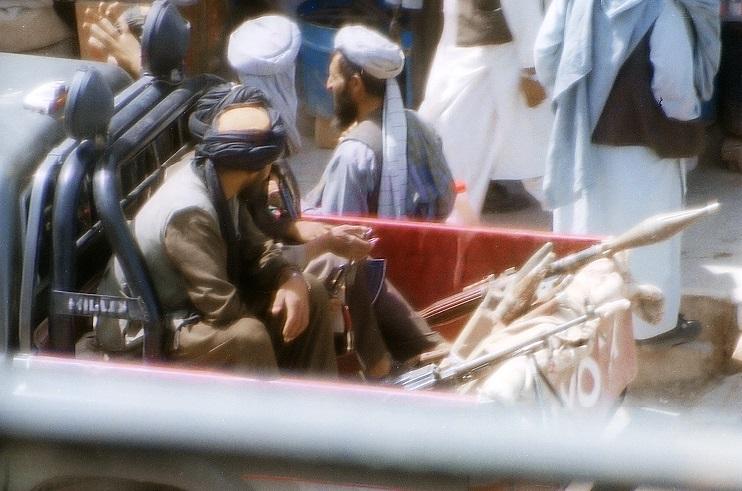 Taliban in Afghanistan auf einem Foto von 2001. Foto: Bluuurgh / Wikimedia Commons