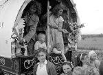 """Irische Traveller - hier auf einem Foto von 1954 - werden auch abschätzig """"Tinker"""" genannt. Foto: National Library of Ireland / Wikimedia Commons"""