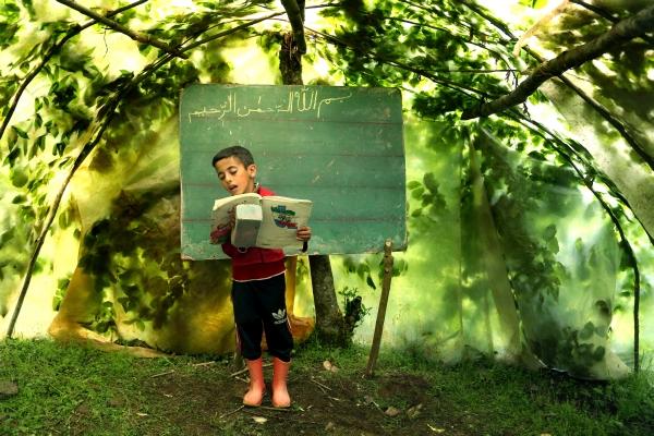 Im Schulbus zur Schule oder im SUV der Mutter? So etwas kennen die Kinder in den iranischen Talesch-Bergen nicht einmal vom Hörensagen. Hier, in der Provinz Gilan, kraxeln sie oft auf abenteuerlichen Pfaden und täglich über Stunden zu winzigen Schulen, deren Klassenzimmer so klein sind wie Hühnerställe, so niedrig wie Bergwerkstollen – oder ganz einfach ein Stück Erde im Wald. Der iranische Fotograf Mohammad Golchin erzählt von Schulen und Lehrern, die kein Kind verlorengeben wollen. Und von Jungen und Mädchen, für die es ein großes Abenteuer ist, Buchstaben und Zahlen zu verstehen. Und die nicht zu den fast 60 Millionen Kindern weltweit gehören, denen nach Schätzung von UNICEF der Schulbesuch gänzlich verweigert ist.