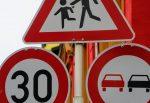 Vor sozialen Einrichtungen sollen Kommunen in Sachsen-Anhalt künftig leichter Tempo-30-Zonen einrichten dürfen. Foto: 3dman_eu / pixabay (CC0 1.0)