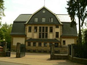 """Die Villa Claire ist das Wohnhaus des Therapie-Gebäudekomplexes der """"Villa Lilly"""". (Foto: Andreas Roskos/Wikimedia)"""