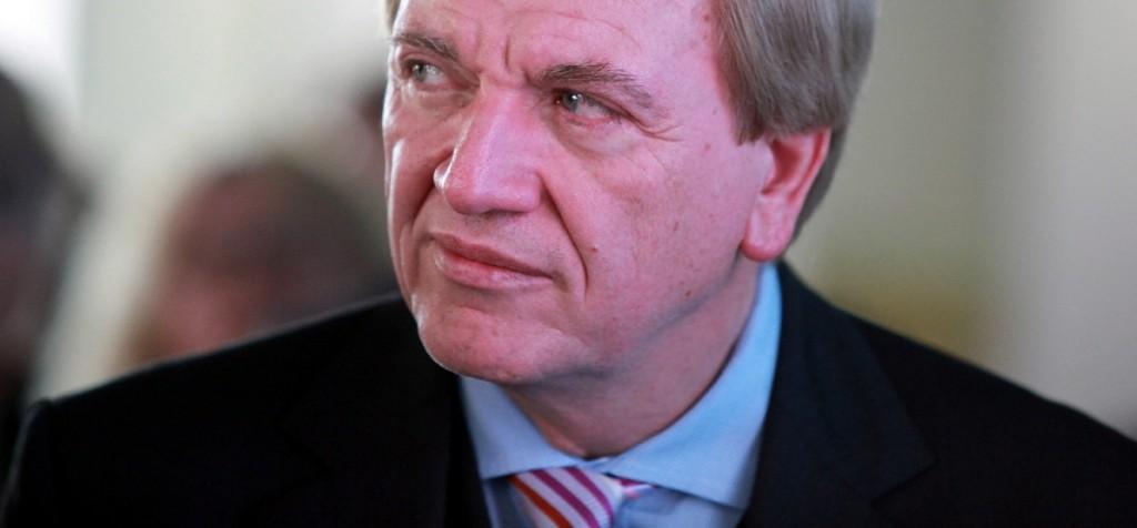 Zückt er den Rotstift? Hessens Ministerpräsident Volker Bouffier. Foto: Armin Kübelbeck / Wikimedia Commons