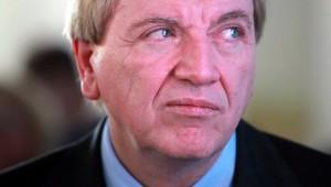G8 oder G9? Hessens Ministerpräsident Volker Bouffier will Wahlfreiheit für die Gymnasien. Foto: Armin Kübelbeck / Wikimedia Commons