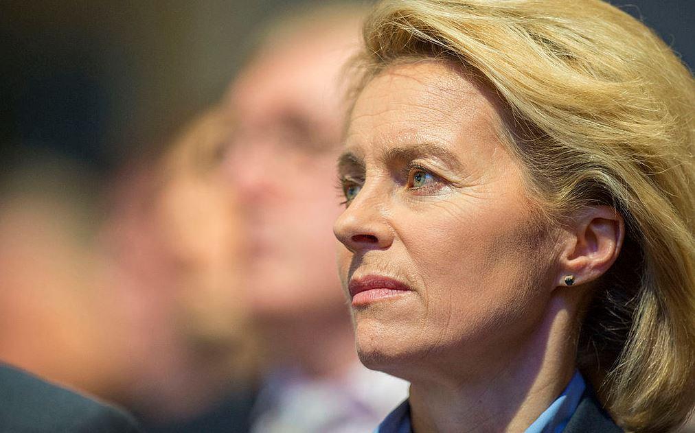 Ihr droht der Entzug ihres Doktortitels - und Schlimmeres: Verteidigungsministerin von der Leyen. Foto: Global Panorama, Mueller, MSC / flickr (CC BY-SA 2.0)