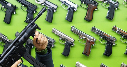 Viele US-Bürger besitzen eine Schusswaffe, vollkommen legal erworben in einem Waffenladen. Foto: PÃ¥l Joakim Olsen/Flickr