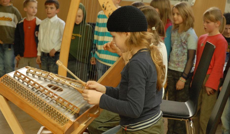 Ein wichtiges Element im Waldorf-Unterricht: die musisch-künstlerische Erziehung. Foto: g.pleger / flickr (CC BY-SA 2.0)