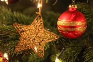 Stern und Weihnachtsbaumkugel