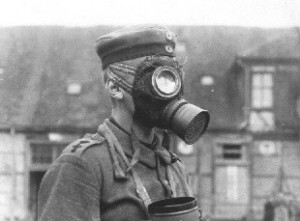 Soldat im Ersten Weltkrieg mit Gasmaske. Foto: Wikimedia Commons