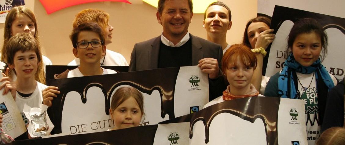 """Das Unternehmen """"dm"""" engagiert sich: Erich Harsch (Mitte), Vorsitzender der Geschäftsführung, bei einer Aktion mit Schülern für die Aktion """"Plant für the Planet"""". Foto: dm/Sabine Hoeroldt"""