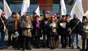 """Der Tarifstreit erhitzt die Gemüter - Gewerkschafter am Eingang der Bildungsmesse """"didacta"""". Foto: Lehrer NRW"""